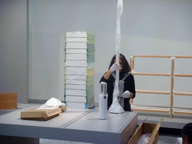 גלית גאון בהכנות לתערוכת הפתיחה של מוזיאון העיצוב חולון