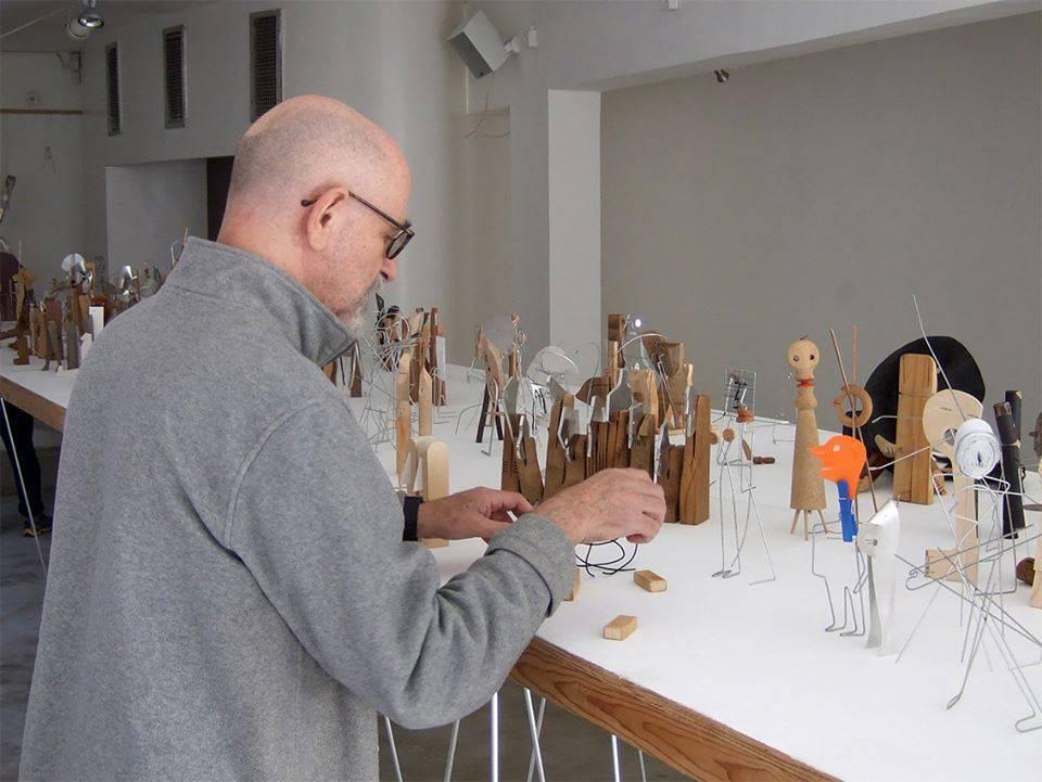 יעקב קאופמן בזמן הקמת התערוכה