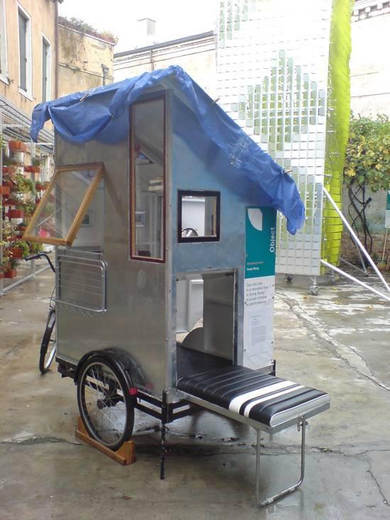 'Wandering Home', יחידת מגורים מינימאלית ניידת כמחאה על בעיית הדיור בעידן של עיור מואץ וציפוף. הביאנלה לאדריכלות בוונציה 2008, הביתן של הונג קונג. תכנון: Kacey Wong