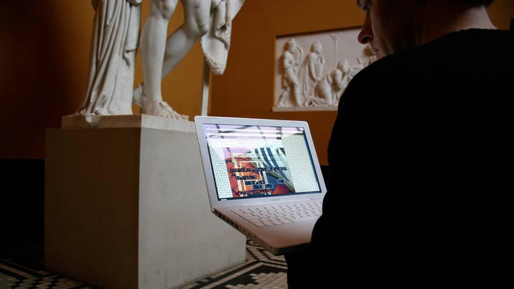 fullscreen_Tilbygningen-computer-og-skulptur