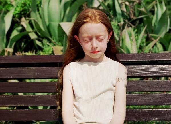 שרון ברקת. ילדה על ספסל, 2007