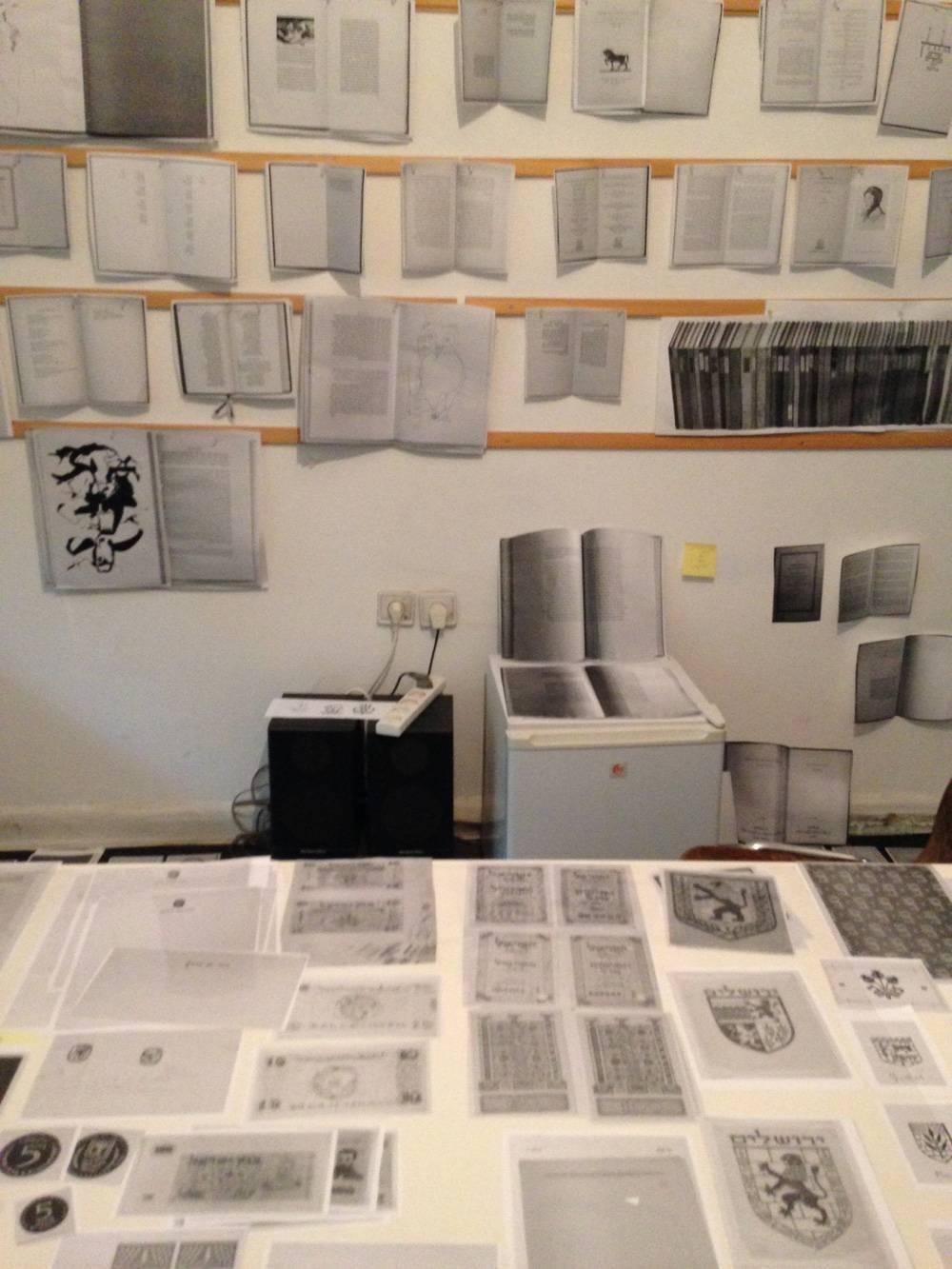 אצלי בסטודיו - חלק מהמיון כלל הדפסת כל החומר בשחור לבן בגודל אחד לאחד2