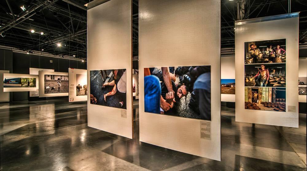 הצילום של אמיל סלמן בתוך חלל התערוכה. צילום: ליאוניד פדרול