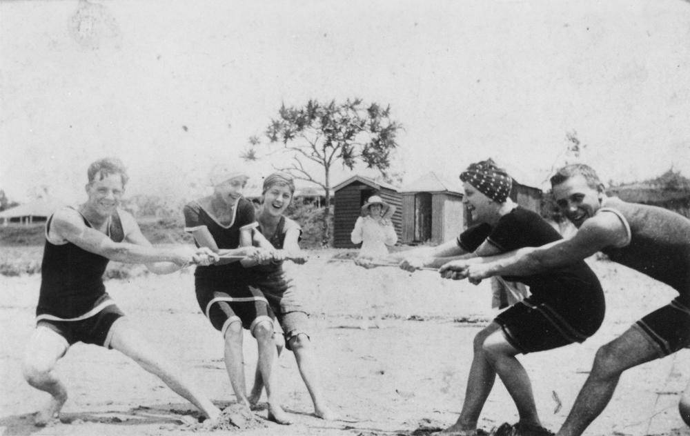 StateLibQld_1_388165_Beach_tug_of_war_at_Southport,_1917