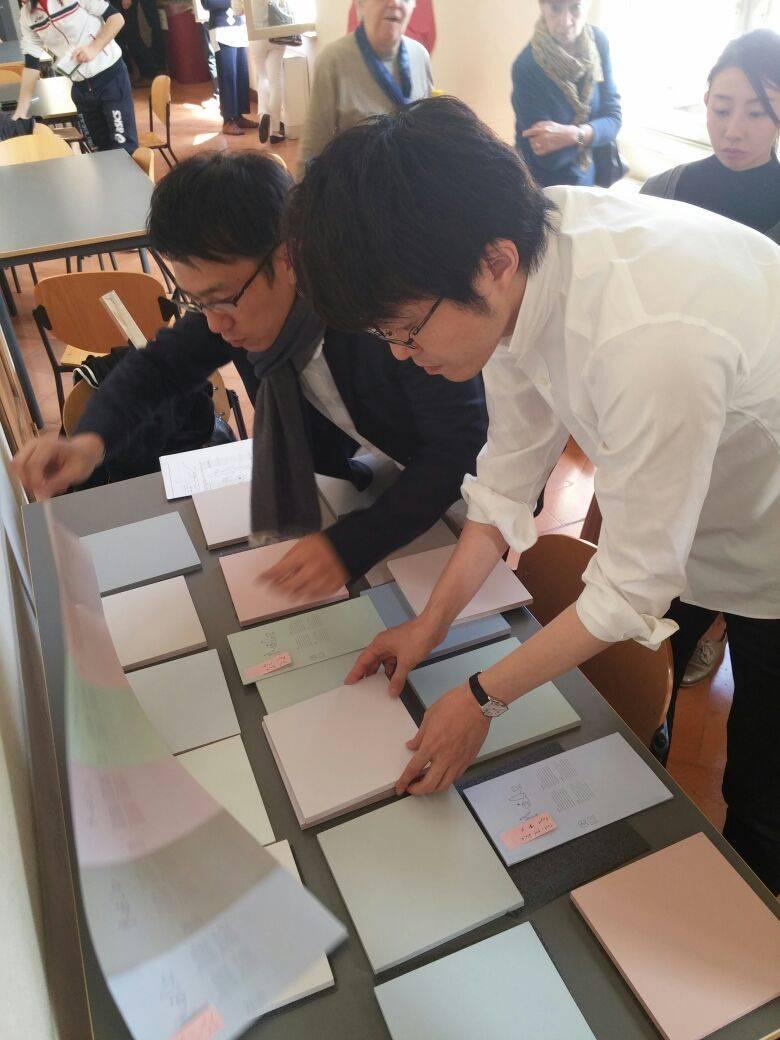 אוקי סאטו מסטודיו ננדו בוחר את סקאלת הצבעים לתערוכה במוזיאון העיצוב חולון