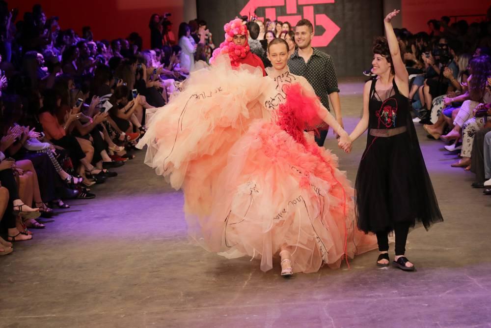 שחר אבנט (מימין) בסיום תצוגת האופנה. צילום: רפי דלויה