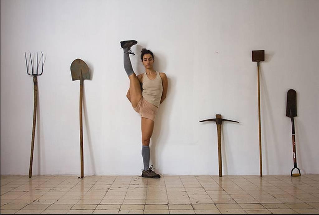 הילה בן ארי (צילום: עמית יסעור, רקדנית: אדוה קדר)