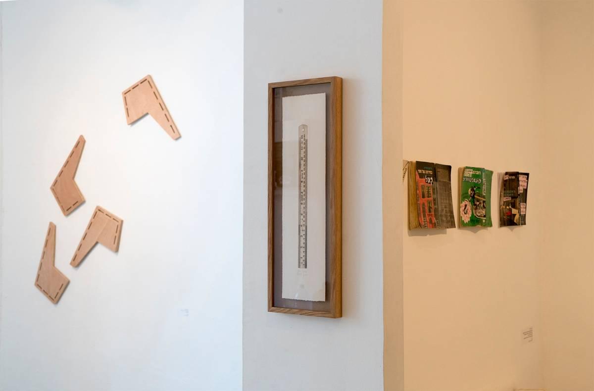 מראה הצבה מתוך התערוכה. מימין לשמאל: זאב אנגלמאיר, דפנה שרתיאל, גיא בר סיני