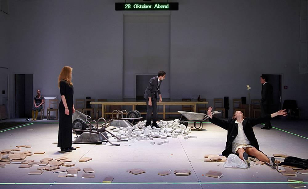 מרים גורצקי, עיצוב במה ותלבושות ל״ג׳ונגל בכרך״, התאטרון העירוני אוגסבורג, גרמניה