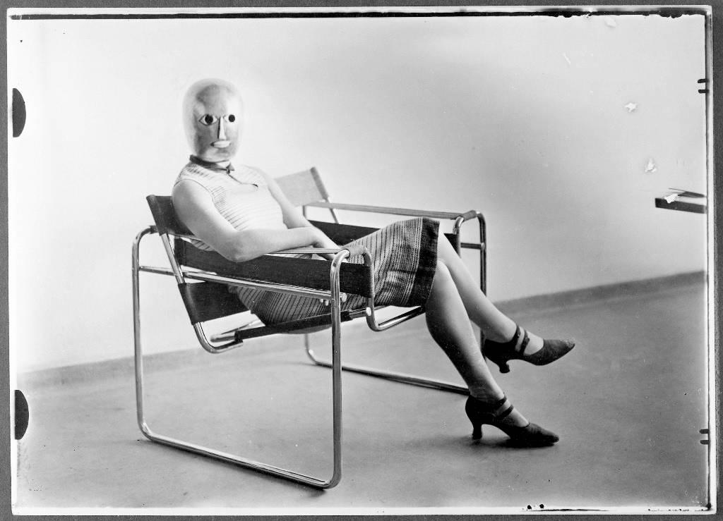 """אריך קונסמולר, """"כיסא וסילי"""" בעיצוב מרסל ברוייר, ומסכה של אוסקר שלמר, 1926 בקירוב, ארכיון באוהאוס"""