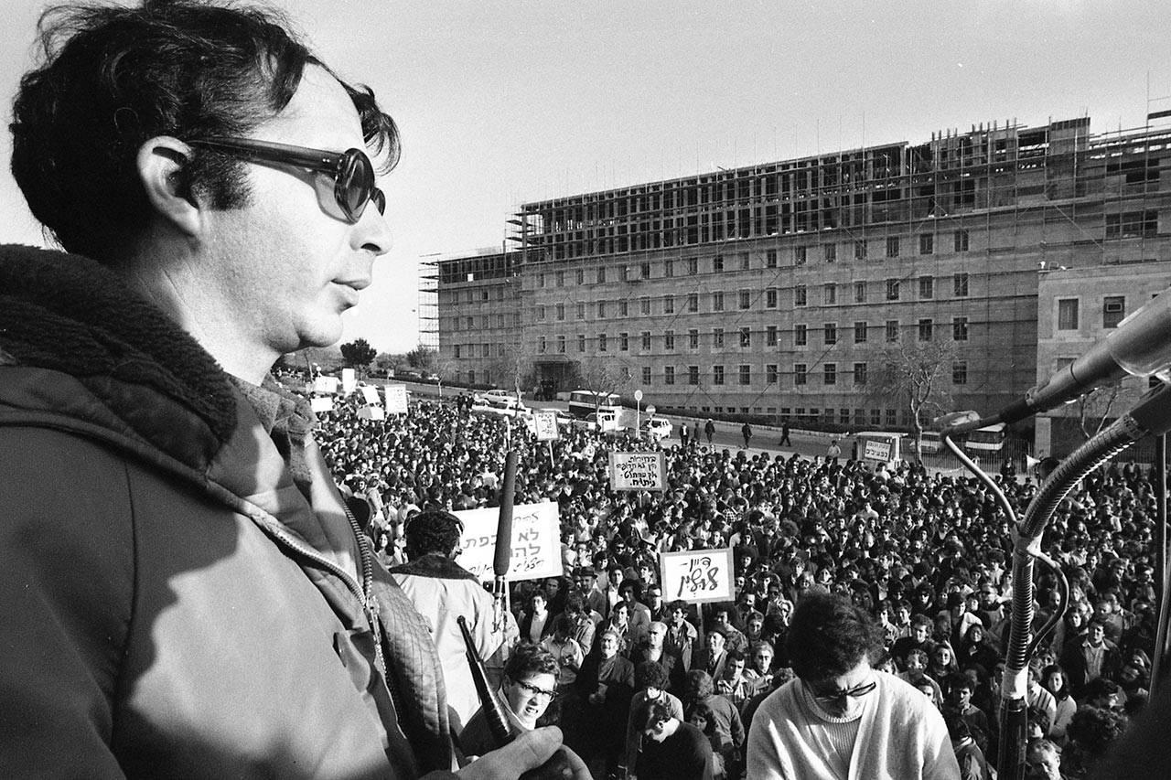 מוטי אשכנזי מול משרד ראש הממשלה, 1974