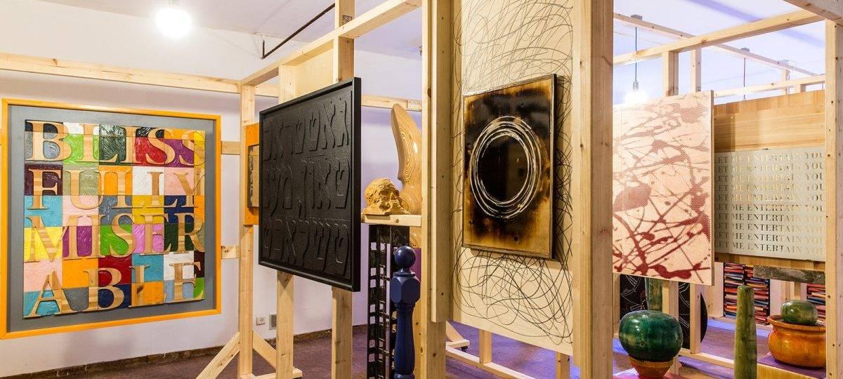 גיא זגורסקי, מראה הצבה בתערוכה מטפס על הקירות. צילומים: מ״ל
