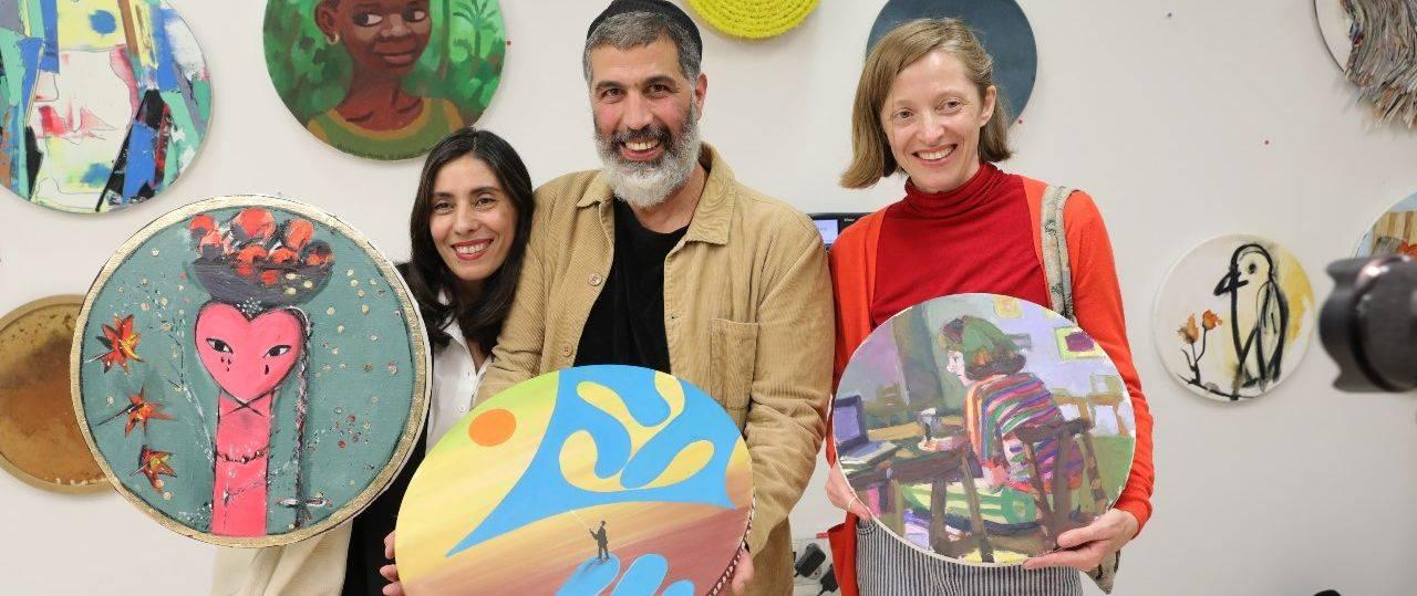 מימין: נטליה זורבובה, שי אזולאי וחן שיש במכירת האמנות של הרוח הישראלית