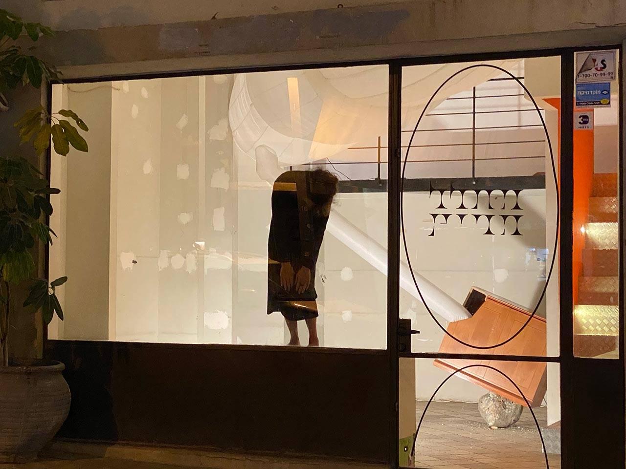 רוני הלר במופע, בתערוכה של דורית פיגוביץ גודארד, נועה תבורי ועדי ויצמן