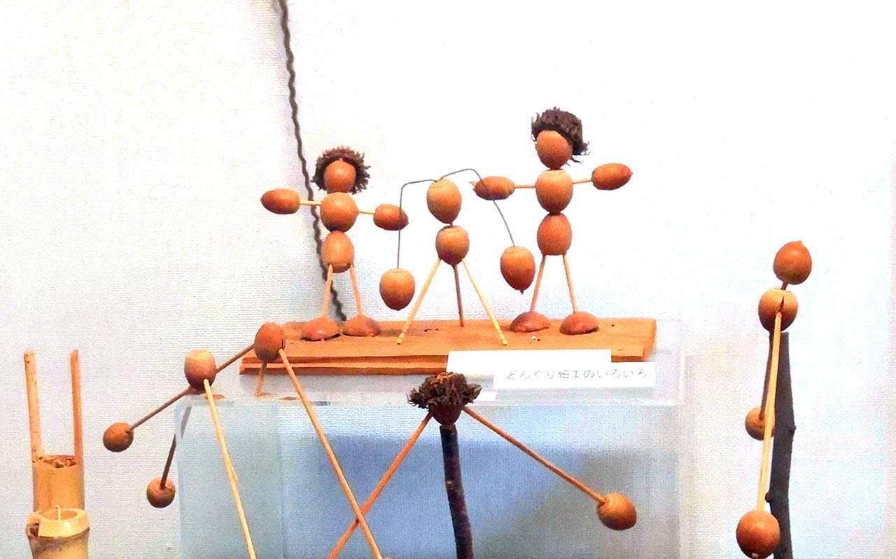 בובות מסורתיות עשויות עלים ובלוטים | יפן