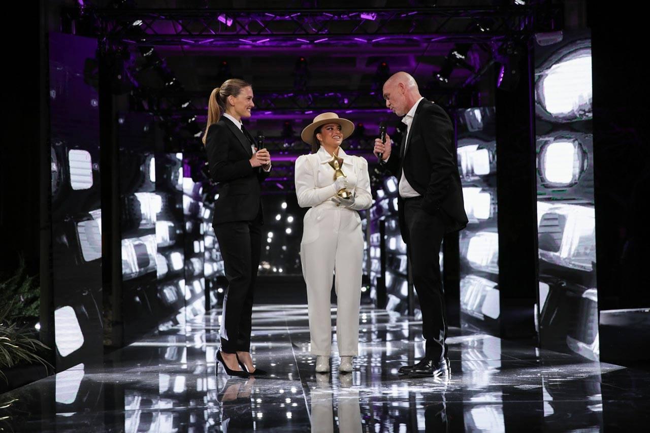 נועה קירל מקבל את הפרס מידי מוטי רייף ובר רפאלי