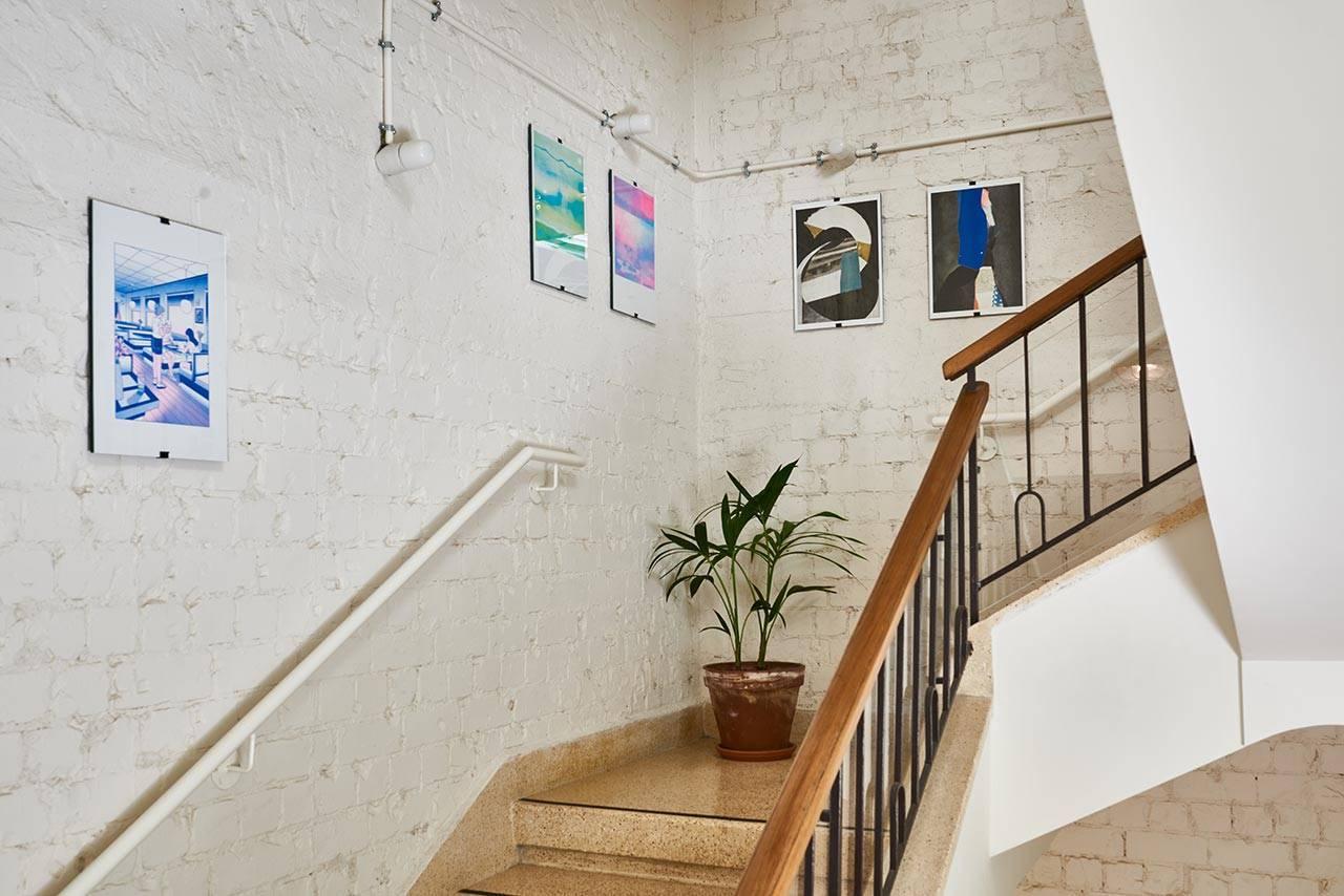 מראות הצבה בחלל המדרגות: שרון אתגר, עמית מנדה־לוי, בן בואנו