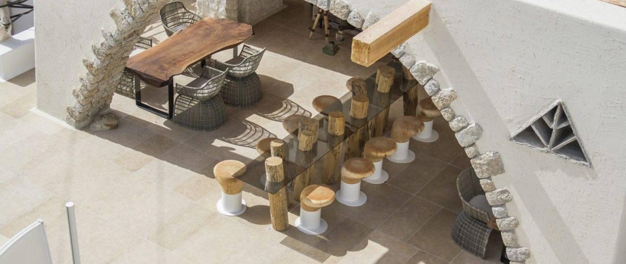 עמרי רבס. שרפרפי עץ ל־Riva1920 בהשראת הלגונה בוונציה, במלון קנשו, מיקונוס