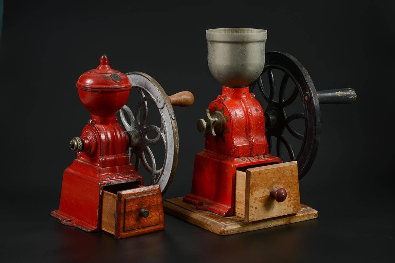 מטחנת Elma (מימין), מטחנת Original. ספרד, המאה ה־20. אוסף חבי ומיקי שטיינמיץ