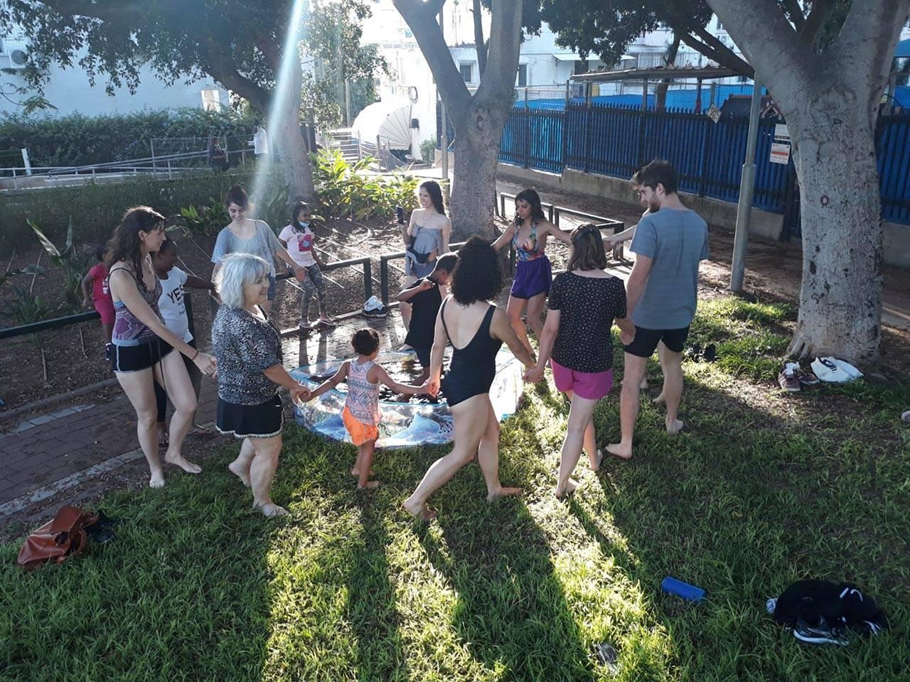 פעולות שיריות עם תושבי השכונה בהובלת שקד מוכיח