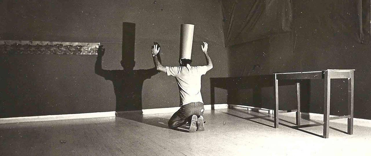 יעקב חפץ, הגלריה האדומה, מיצג בערב הפתיחה (1980). צילום: טודי שדה