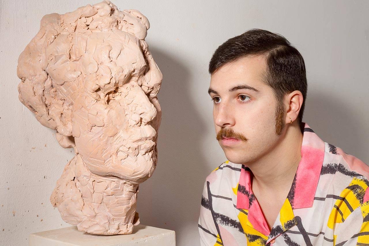 אופיר איבגי לצד פסל של אבנר לוינסון. צילום: תמיר מוש